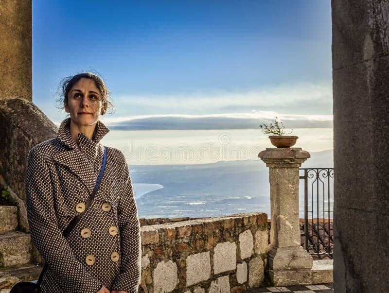 castelmola的妇女有天空背景 库存照片