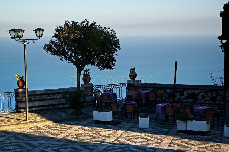 Castelmola, Sicilië. Terras dat overzees overziet. royalty-vrije stock afbeeldingen