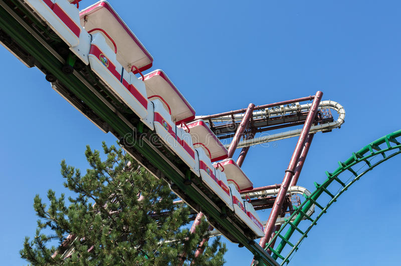 Castelnuovo del Garda, Италия - Agust 31 2016: Carousel coaster prate roller vienna Нижний взгляд Парк атракционов темы Gardaland стоковые фото