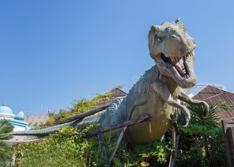 Castelnuovo del Garda, Italia - Agust 31 2016: Parque de atracciones del tema de Yrannosaurus-rex Gardaland de la estatua del din imagenes de archivo