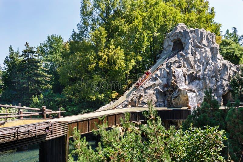 Castelnuovo del Garda, Italien - Agust 31 2016: Karusell Karusellfartyget stiger stigande Gardaland temanöjesfält royaltyfria foton