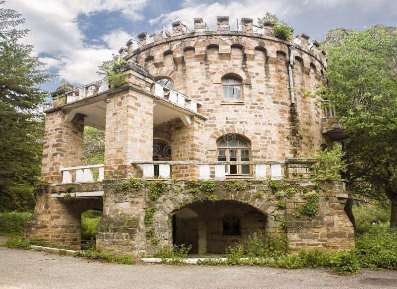 Castelo abandonado no vale Narzanov Distrito skiy do ` de Zol, Karachay-Cherkessia foto de stock royalty free