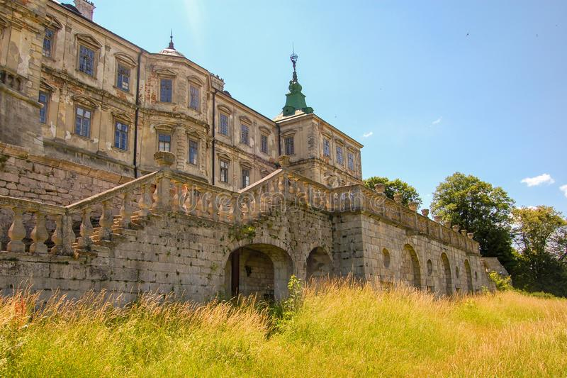 Castelo abandonado velho na região de Lviv, Pidhirtsi, Ucrânia, desde 1635 A vista do pátio traseiro imagens de stock royalty free