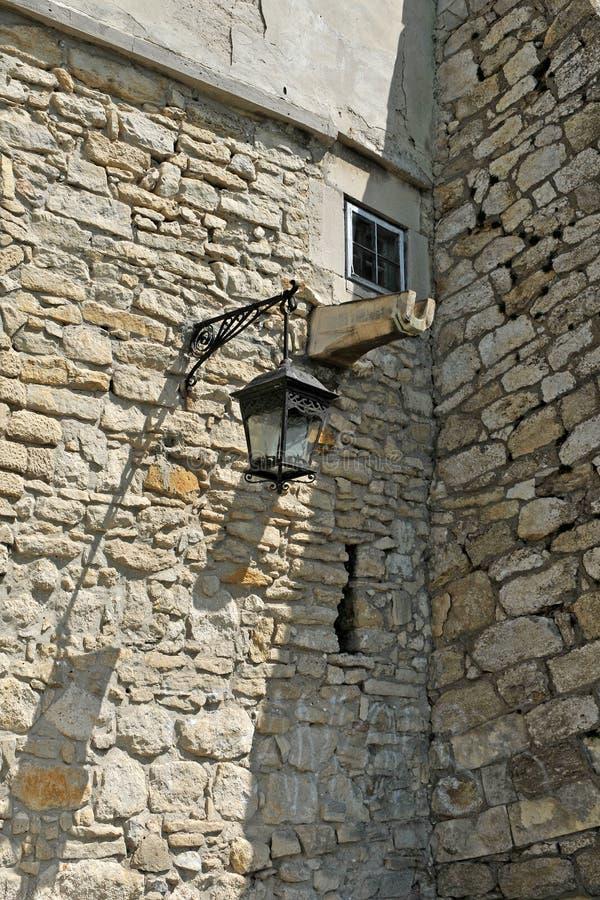 Castelo antigo com lâmpada de rua, janela e tubulação de água para imagens de stock