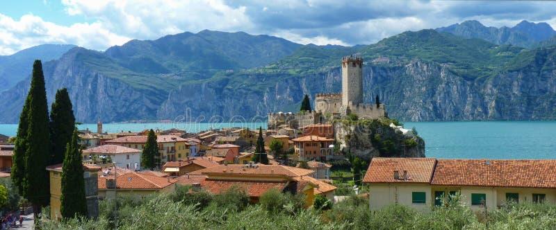 Castelo antigo no lago Garda fotos de stock royalty free