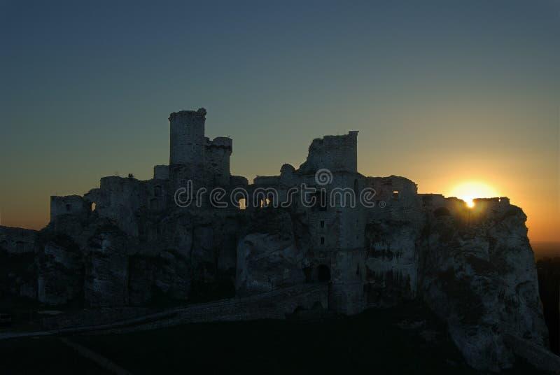 Castelo arruinado no por do sol foto de stock