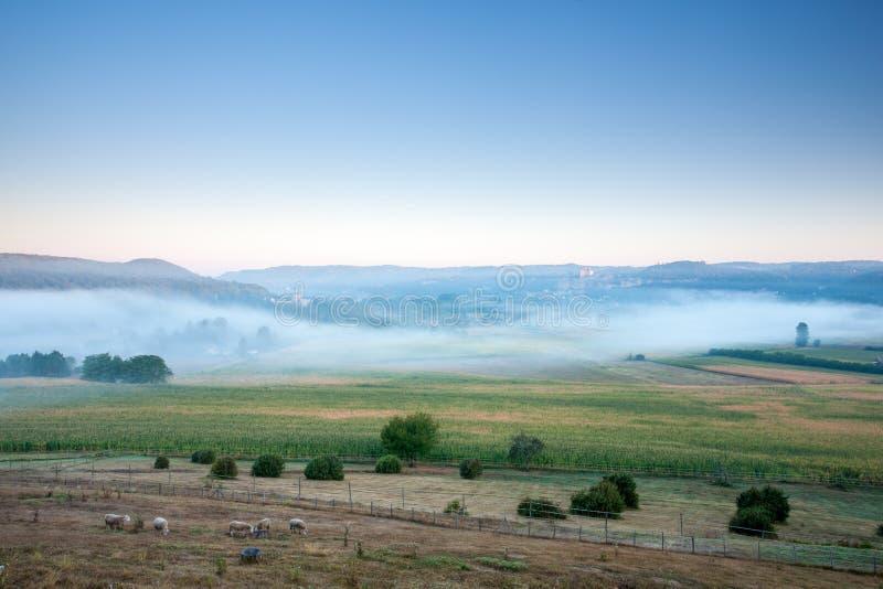 Castelo Beynac e Fayrac na névoa do amanhecer fotos de stock