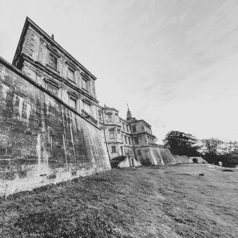Castelo Black&White de Pidhirtsi Opinião traseira da fachada imagens de stock royalty free