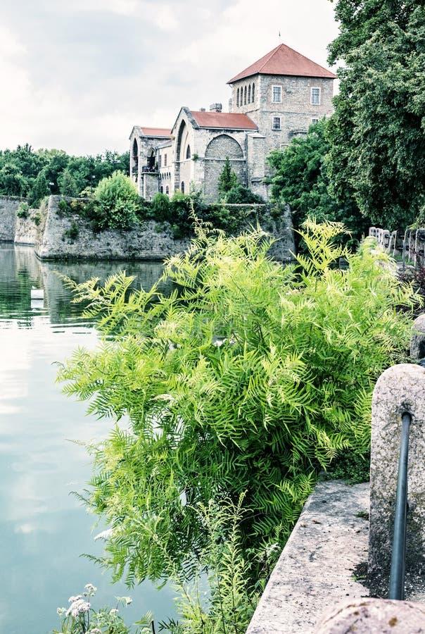 Castelo bonito em Tata, Hungria, filtro azul imagem de stock royalty free