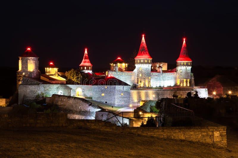 Castelo bonito em um monte da montanha foto de stock royalty free