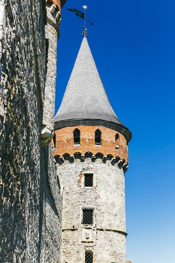 Castelo bonito em um monte da montanha imagens de stock