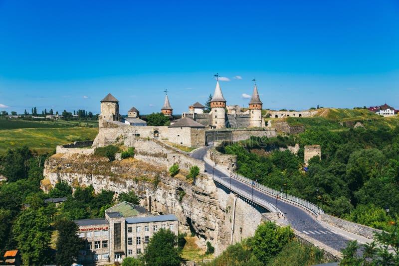 Castelo bonito em um monte da montanha fotos de stock royalty free