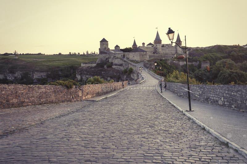 Castelo bonito em um monte da montanha Kamenetz-Podolsk, um do th fotos de stock