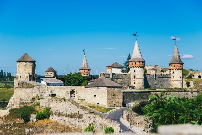 Castelo bonito em um monte da montanha Kamenetz-Podolsk, um do th foto de stock