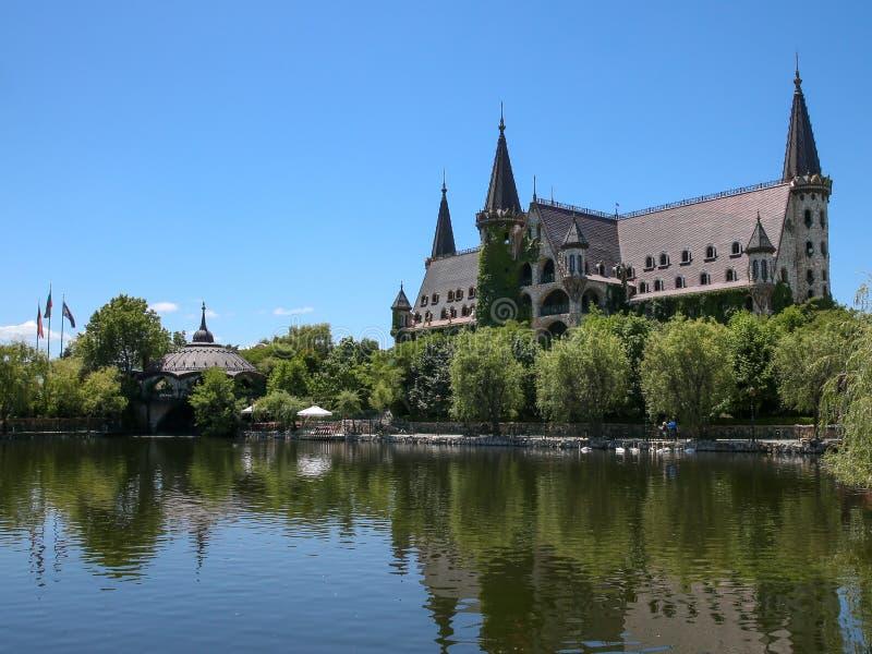 Castelo bonito no lago foto de stock royalty free