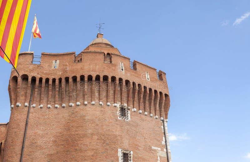 Castelo, Castillet ou porte Notre-Dame ou pequeno-Castillet, torre do detalhe com bandeira catalan, construção icónica em Perpign fotos de stock