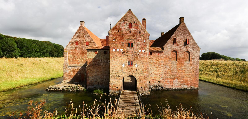 Castelo com o fosso em Dinamarca fotos de stock