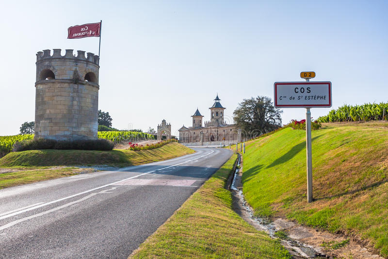 Castelo Cos D'Estournel, região do Bordéus, França fotografia de stock