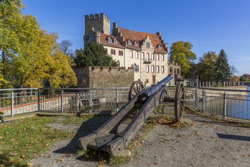 Castelo da água de Flechtingen com um canhão no primeiro plano em Saxony-Anhalt fotos de stock