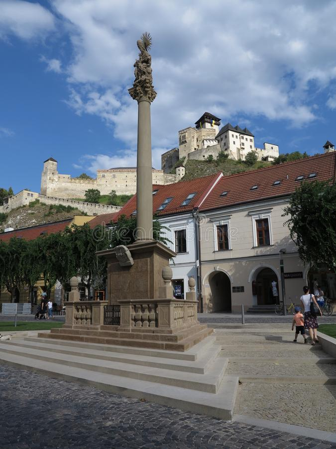 Castelo da cidade de Trencin e praça da cidade, Eslováquia foto de stock