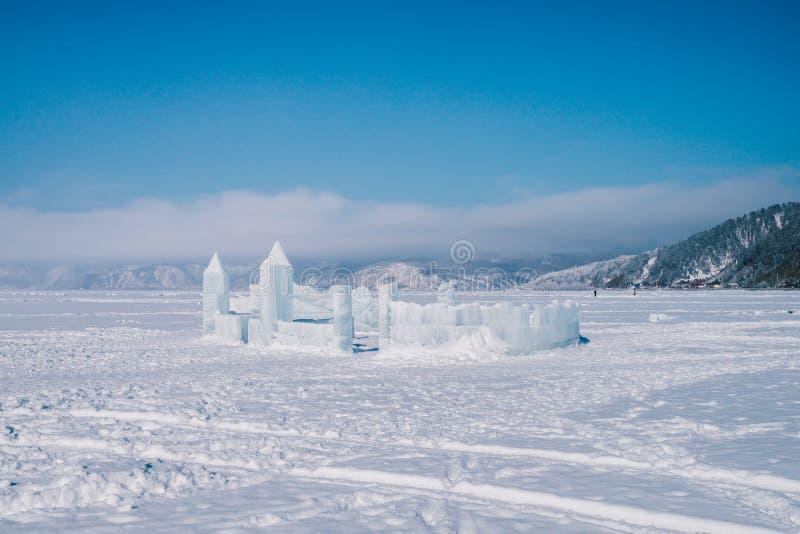 Castelo da escultura de gelo sob um céu azul grande imagens de stock