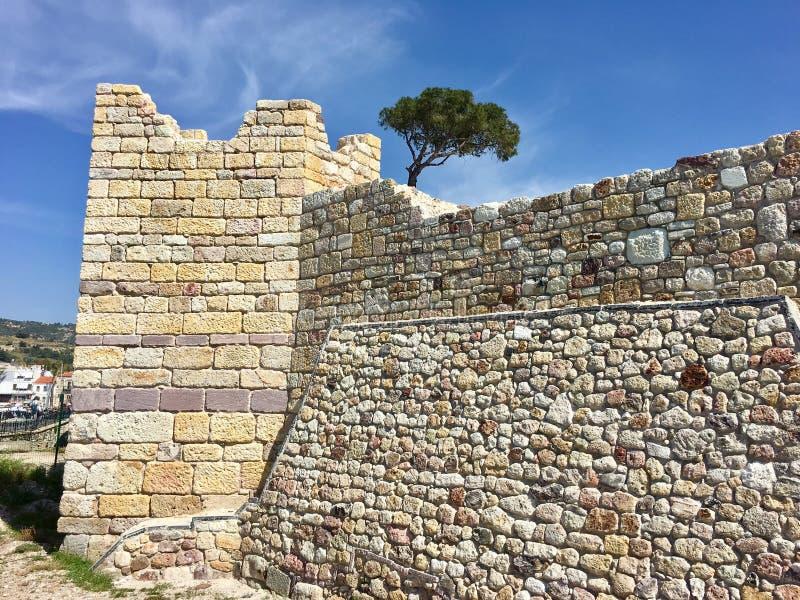 Castelo da FOCA velha, Izmir da FOCA Devido aos selos que flutuam no mar da cidade, o pagamento era n foto de stock royalty free