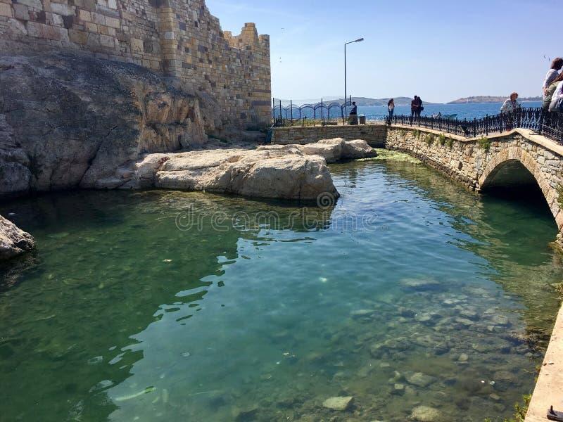 Castelo da FOCA velha, Izmir da FOCA Devido aos selos que flutuam no mar da cidade, o pagamento era n fotos de stock