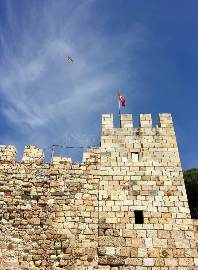Castelo da FOCA velha, Izmir da FOCA Devido aos selos que flutuam no mar da cidade, o pagamento era n imagens de stock