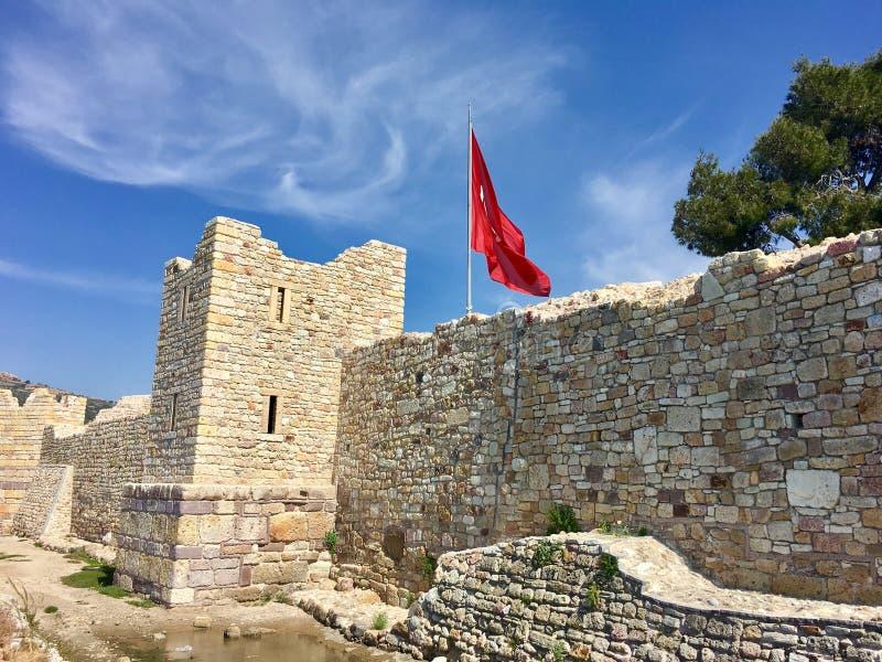 Castelo da FOCA velha, Izmir da FOCA Devido aos selos que flutuam no mar da cidade, o pagamento era n imagens de stock royalty free