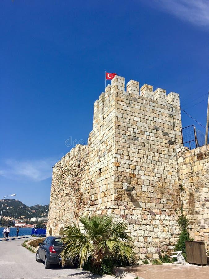 Castelo da FOCA velha, Izmir da FOCA Devido aos selos que flutuam no mar da cidade, o pagamento foi nomeado Phokaia imagem de stock