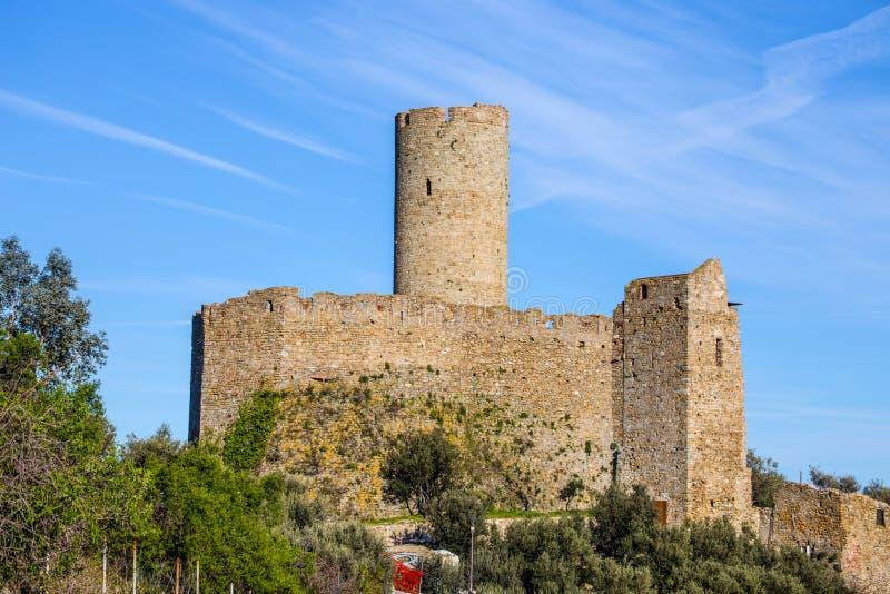 Castelo da montagem de Ursino, Noli, Savona, Itália fotos de stock royalty free