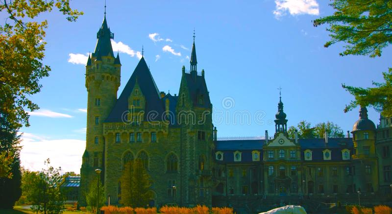 Castelo da parte externa É um castelo medieval construído no século XI e em uma atração turística principal em poland hoje em dia imagem de stock