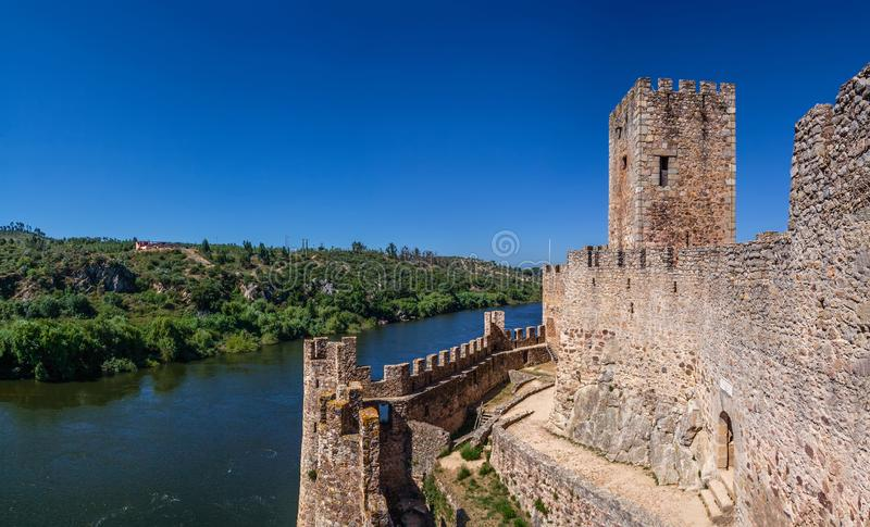 Castelo de Almourol, uma fortaleza icónica de Templar dos cavaleiros construída em uma ilha rochosa fotos de stock