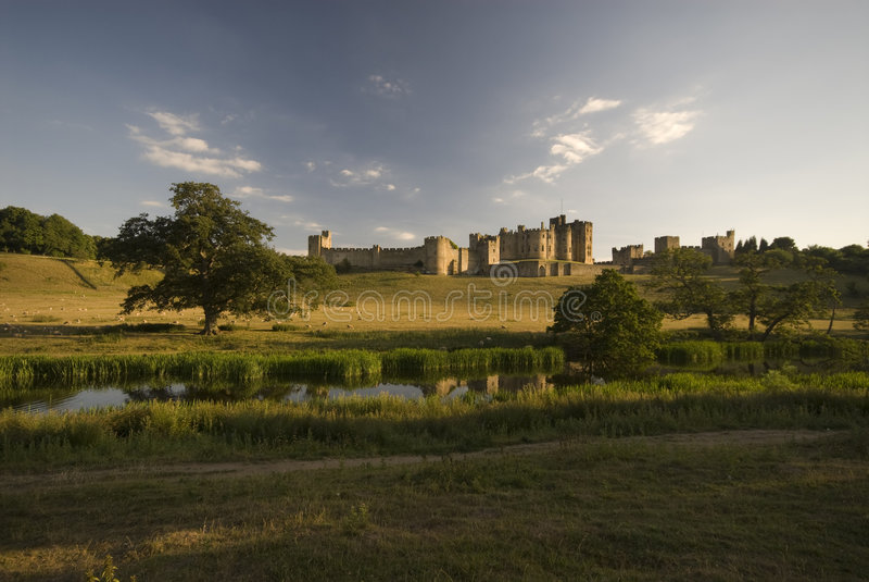 Castelo de Alnwick e o rio A fotografia de stock