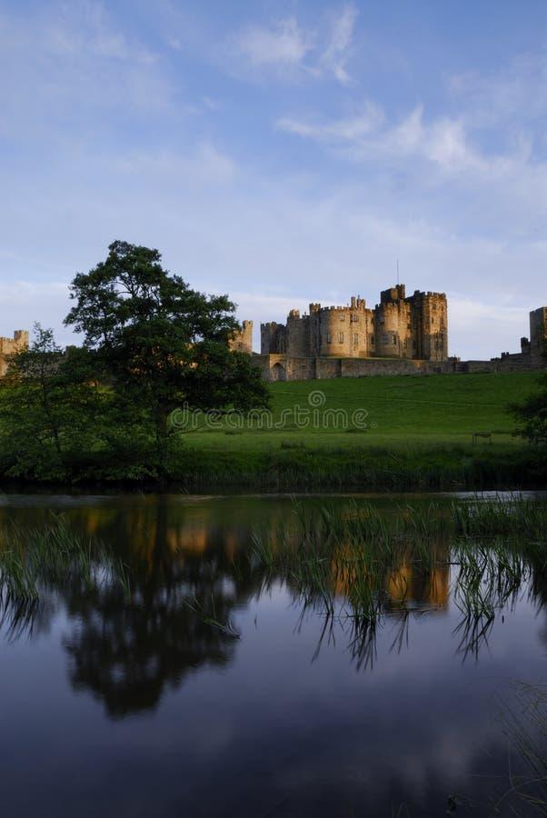 Castelo de Alnwick e o rio Aln foto de stock royalty free