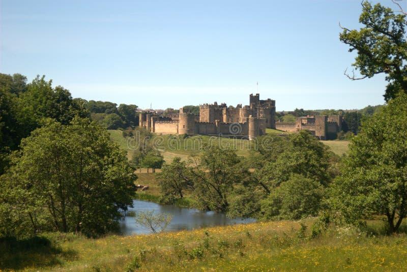 Castelo de Alnwick e rio Aln em Northumberland, Inglaterra imagem de stock