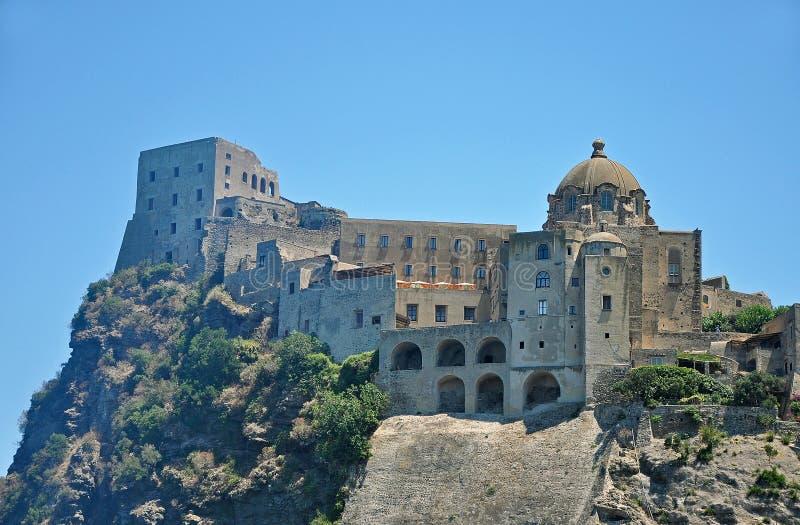 Castelo de Aragonese em um penhasco no fundo do céu azul fotos de stock royalty free