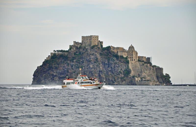 Castelo de Aragonese em um penhasco no tempo nebuloso e no mar fotografia de stock royalty free
