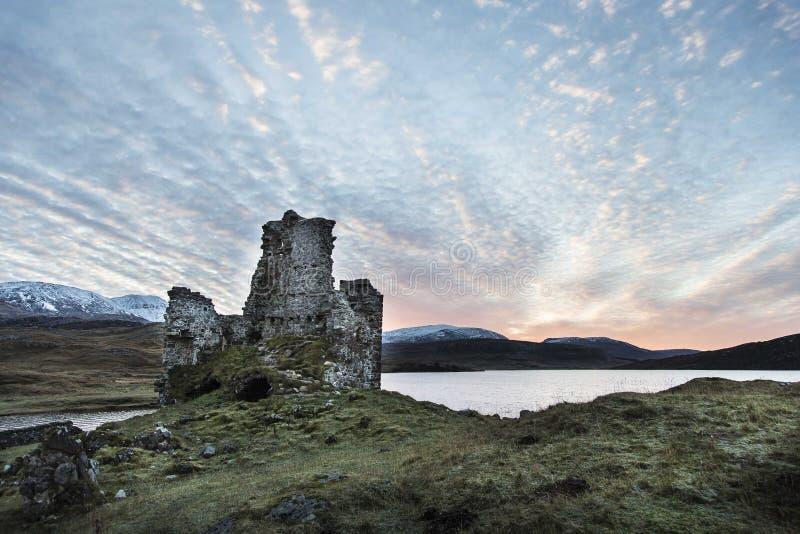 Castelo de Ardvreck no Loch Assynt em Escócia imagens de stock royalty free