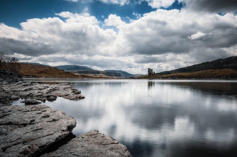 Castelo de Ardvreck nos bancos do Loch Assynt em Escócia imagens de stock