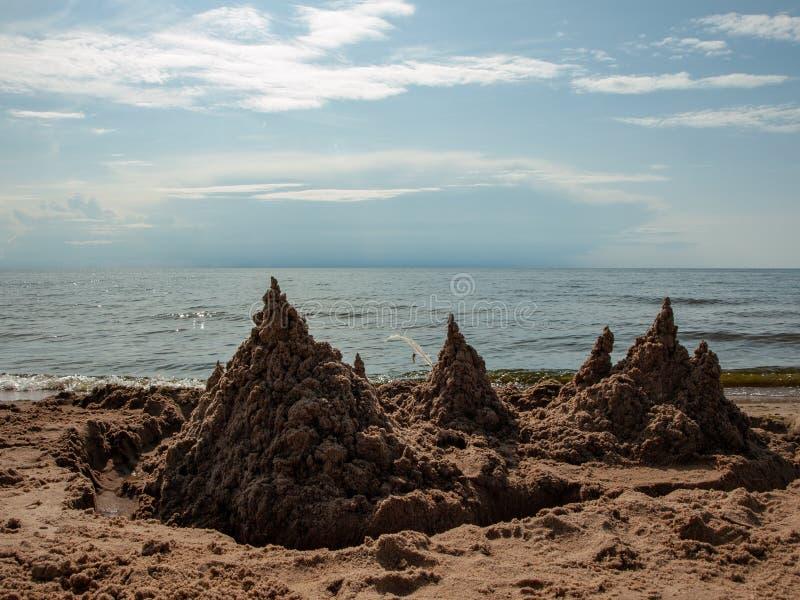 Castelo de areia no mar imagens de stock royalty free