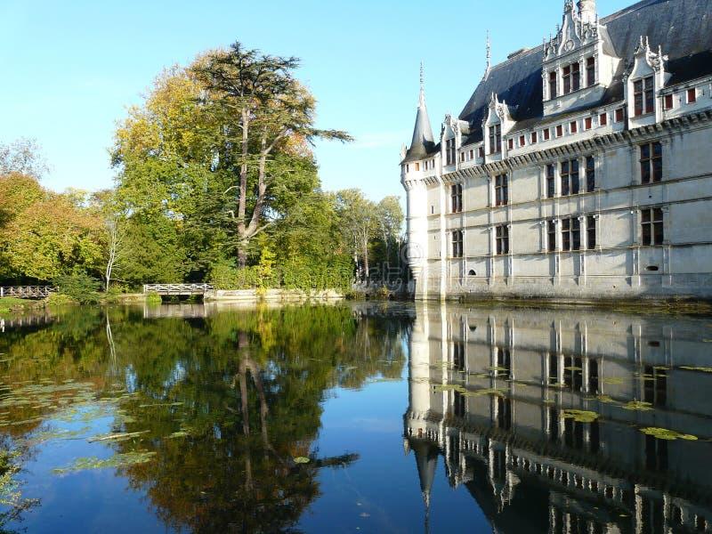 Castelo de Azay le rideau e sua reflexão fotografia de stock royalty free