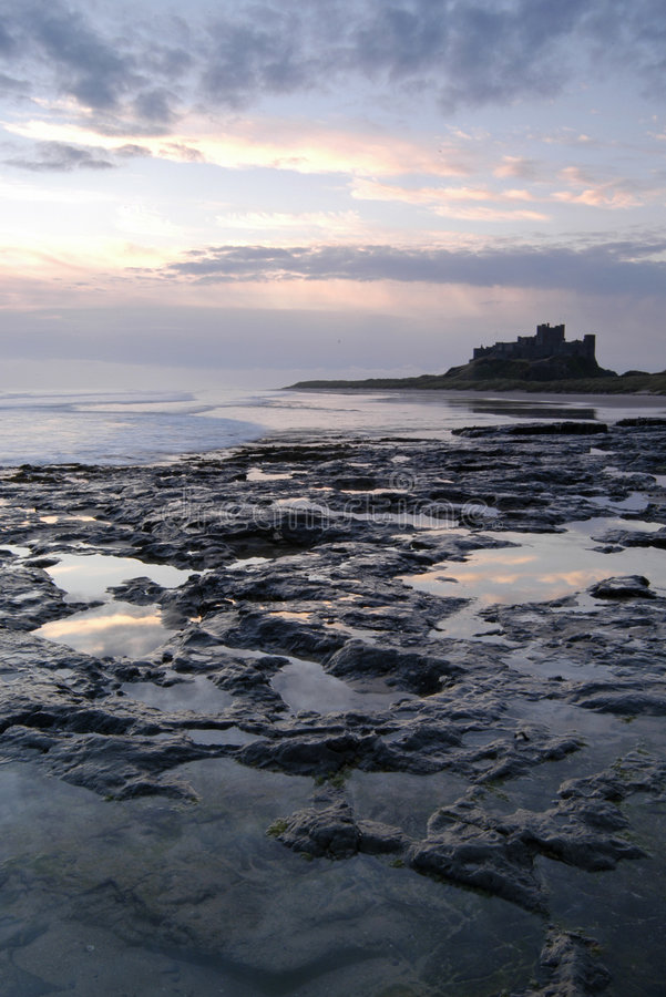 Castelo de Bamburgh no nascer do sol foto de stock