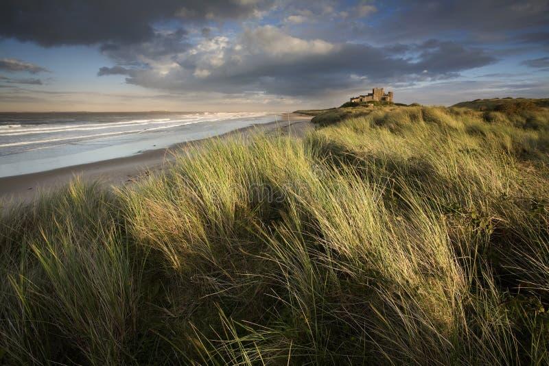 Castelo de Banburgh no por do sol imagem de stock