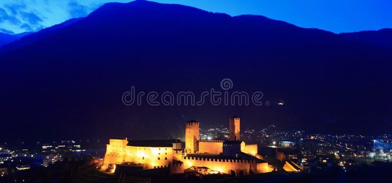 Castelo de Bellinzona no crepúsculo fotografia de stock royalty free