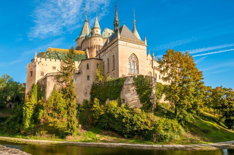 Castelo de Bojnice com um fosso fotos de stock royalty free