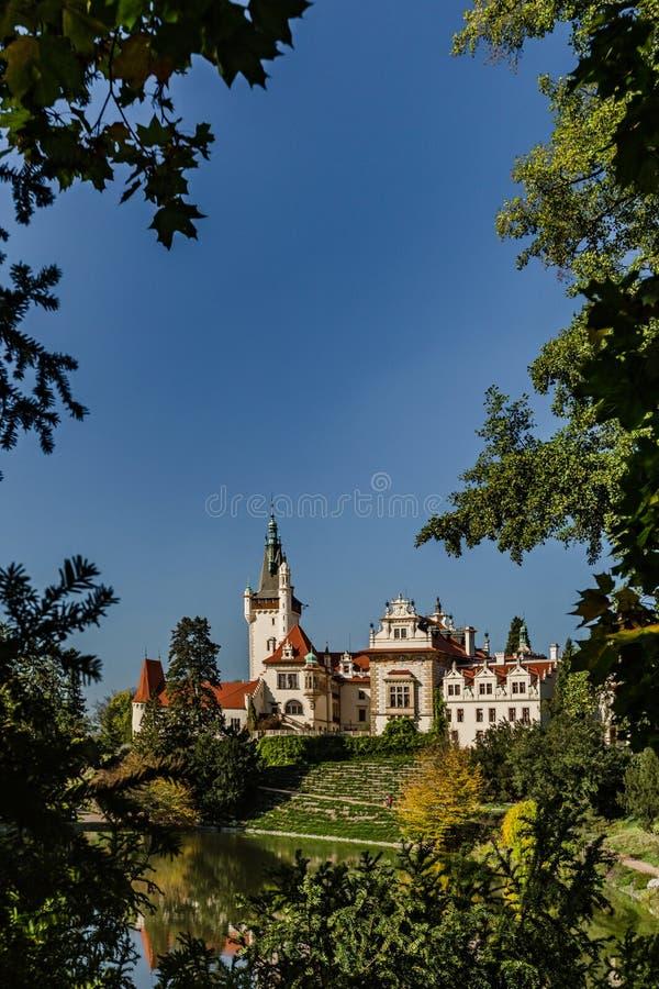 Castelo de bufonice na República Checa com árvores foto de stock