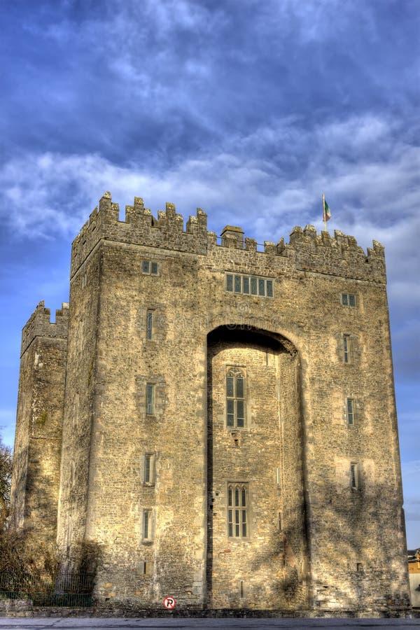 Castelo de Bunratty com céu azul Ireland. fotos de stock royalty free