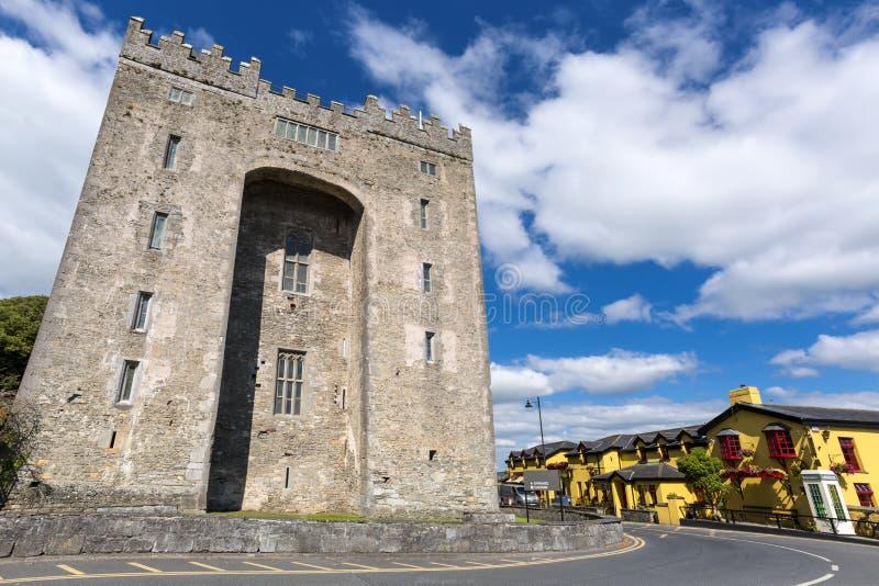 Castelo de Bunratty em Co Litoral de Oceano Atlântico perto de Ballyvaughan, Co fotografia de stock royalty free