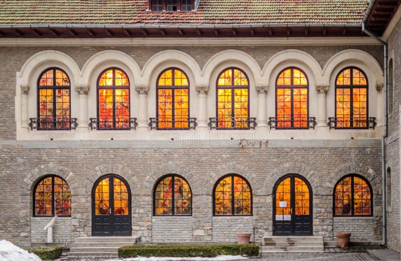 Castelo de Cantacuzino no estilo arquitetónico romeno neo em Busteni em um dia nebuloso imagens de stock royalty free